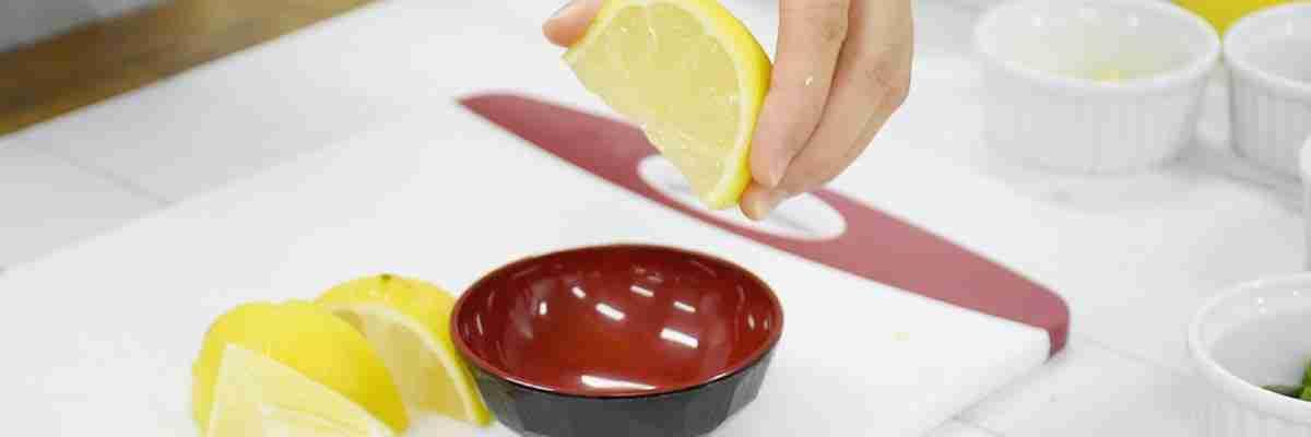 squeeze lemon juice to form lemon sauce